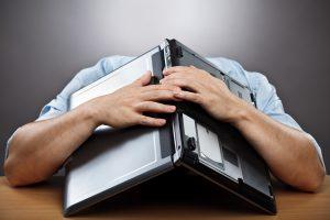 man met laptop op hoofd