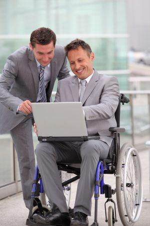 rolstoelmedewerker in pak, samen met andere man